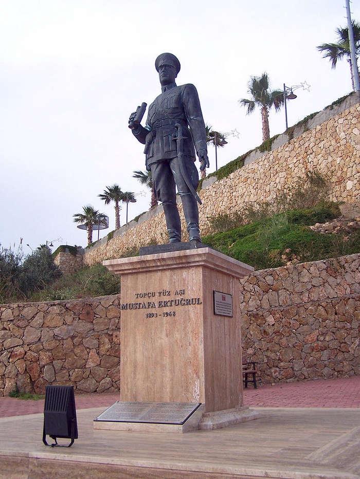Mustafa Ertuğrul'un anısına yapılan Antalya'daki heykel