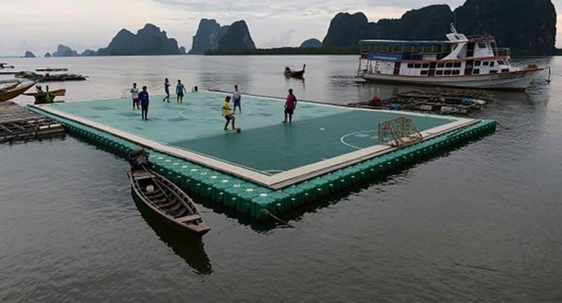 Denize Kurulan Yüzen Futbol Sahası