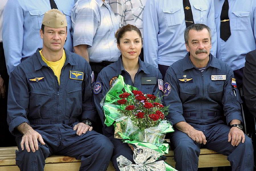 Soyuz TMA-9 Ekibi: Astronot Michael E. Lopez-Alegria (solda), Anousheh Ansari (ortada) ve Kozmonot Mikhail Tyurin, 5 Eylül 2006'da, Kazakistan'ın Baikonur kentindeki Kozmonot Oteli'nde.
