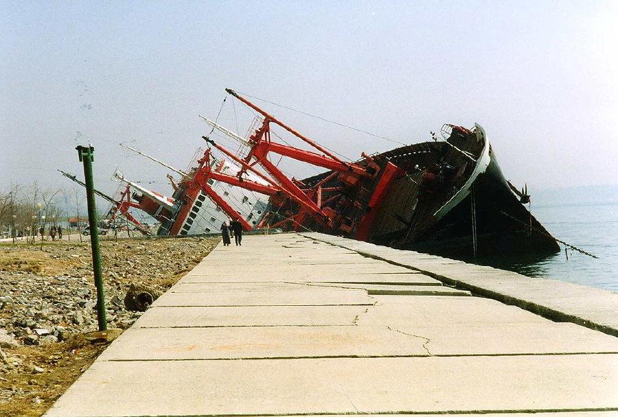 2002'de Avrupa'yı vuran Akdeniz Kasırgası'nın İstanbul'da savurarak kıyıya attığı bir gemi