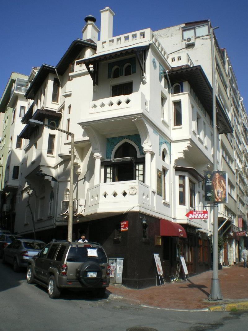 Mimar Vedat Tek'in İstanbul'daki kendi tasarladığı evi. Valikonağı Caddesi, Nişantaşı'ndaki bu binada şimdi bir restoran bulunmaktadır.