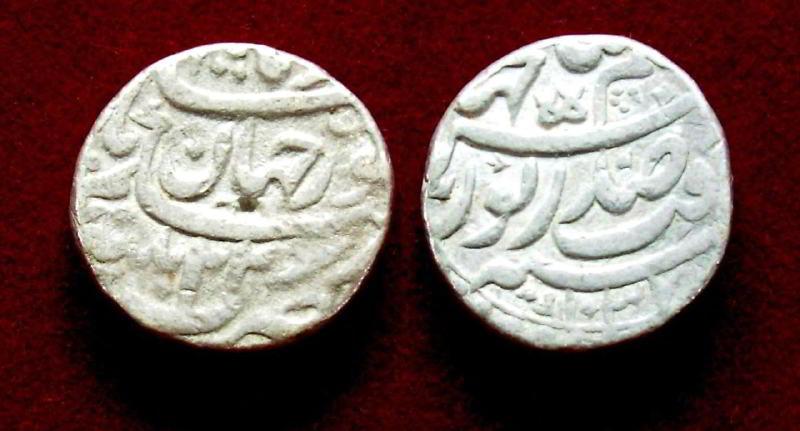 Cihangir ve Nur Cihan'ın isimlerinin geçtiği gümüş bir sikke.