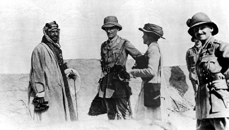 Suudi Arabistan'ın kurucuları: Geleceğin Kralı Abdulaziz bin Suud, İngiliz diplomat Sir Percy Cox ve onun politik danışmanı Gertrude Bell ile Basra'da (1916)