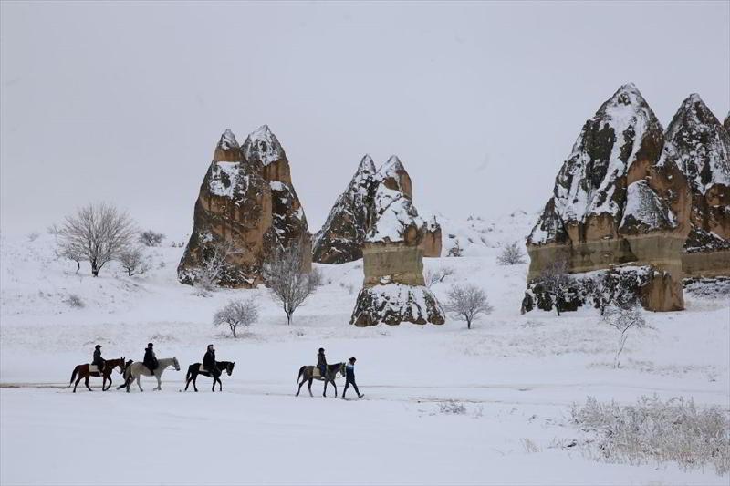 Beyaza Bürünen Kapadokya Peri Bacaları'nda Atlı Safari