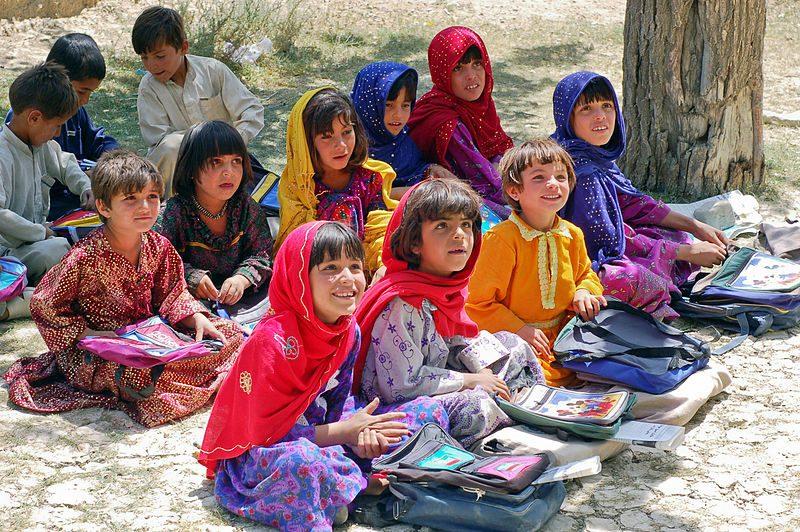 Gardez şehri yakınında bulunan Bamozai ilköğretim okulunun kız sınıfında oturan kız çocukları. Okulun binası yoktur ve dersler açıkhavada bostanın gölgesinde yapılmaktadır. (Paktiya Vilayeti, Afganistan, 2007)