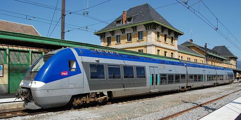 Andorra'ya hizmet veren iki istasyondan biri olan Latour-de-Carol'da bir tren. Fransa'nın Toulouse'daki TGV'lerine bağlanan Latour-de-Carol ve Toulouse'u birbirine bağlayan hat, Andorra sınırının 2 km içine uzanmasına rağmen, Andorra'da demiryolu yok.