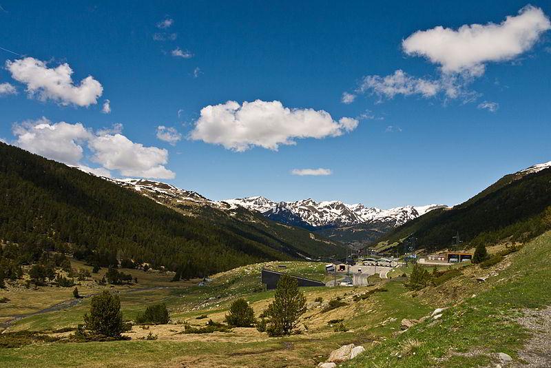 Grau Roig kayak merkezi  ve Valira d'Orient Nehri manzarası