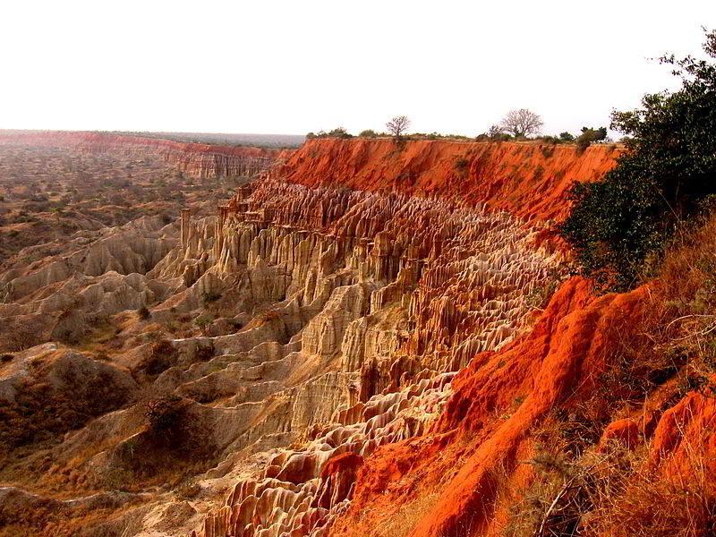 Miradouro da Lua, Luanda'nın 40 km güneyindeki bir kayalık kümesinden oluşmaktadır.
