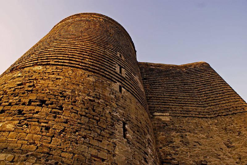 Bakü'de yer alan Kız Kulesi, 11-12. yüzyıllarda inşa edilmiştir ve UNESCO Dünya Mirası Listesi'ne alınmıştır.