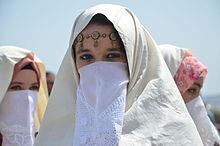 Cezayir'li kadınlar haik adı verilen giysileriyle