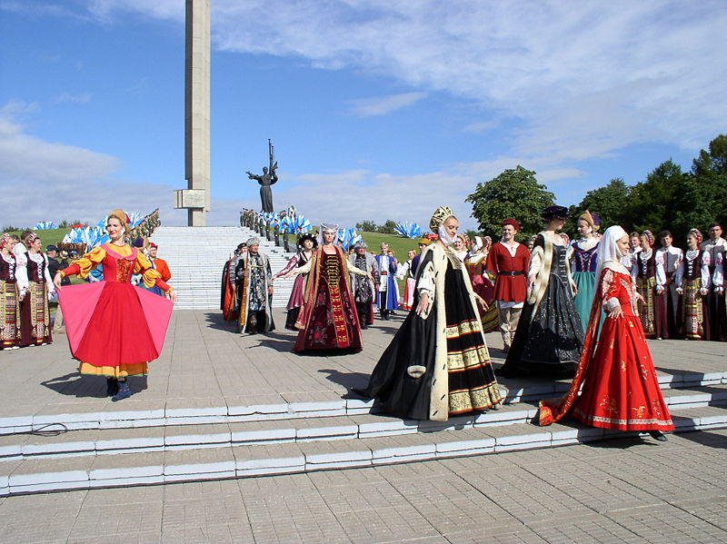 Geleneksel kostümlerle Minsk'in 940. yıl kutlamaları