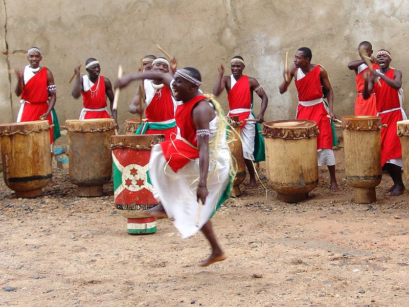 <br /> Bujumbura'daki Burundian geleneksel davul şovu