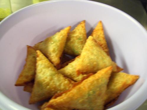Popüler geleneksel atıştırmalık bir çeşit; sambusas.
