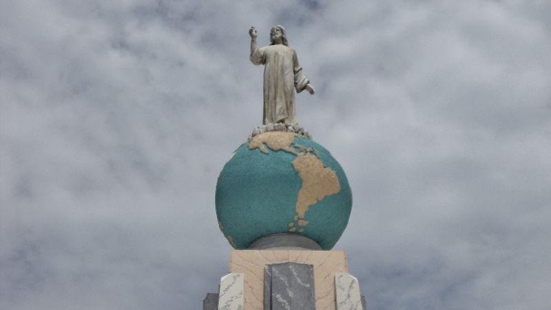 Dünyanın tepesindeki ikonik İsa Mesih heykeli, San Salvador. Dünyada hem El Salvador, hem de Salvadorlular'ı tanımlayan ve temsil eden semboldür.