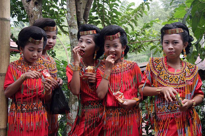 Bir düğün töreninde genç toraja kızlar