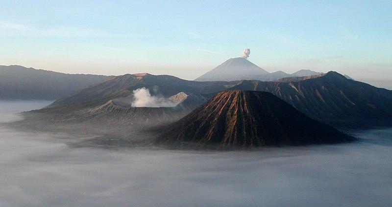 Doğu Java'daki volkanik Semeru ve Bromo dağları