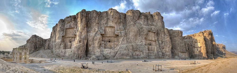 Nakş-ı Rüstem'in panoramik görünümü.Nakş-ı Rüstem'de I. Darius ve I. Serhas dahil olmak üzere dört Pers İmparatoru'nun mezarı bulunmaktadır