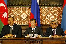 Moskova'da yapılan bir toplantıda Cumhurbaşkan Serj Sarkisyan (sağ), İlham Aliyev (sol) ve Dmitri Medvedev (orta) ile.