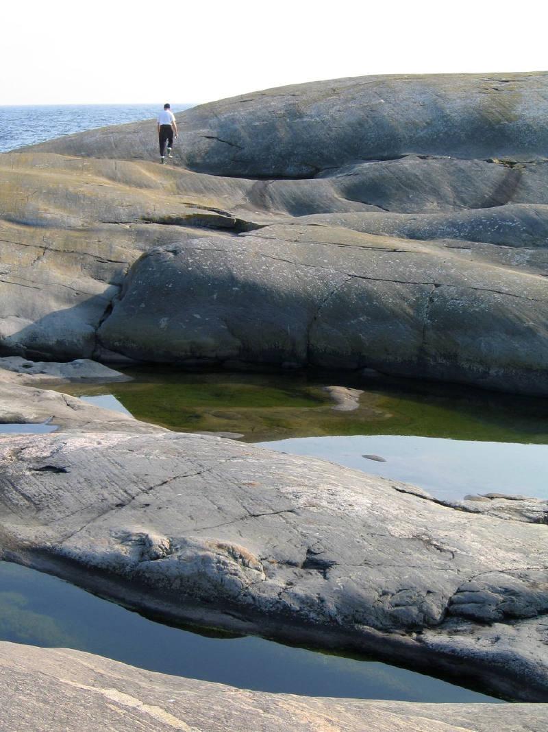 Söderskär adasında  buzulların hareketi ile aşınan granit kayalar
