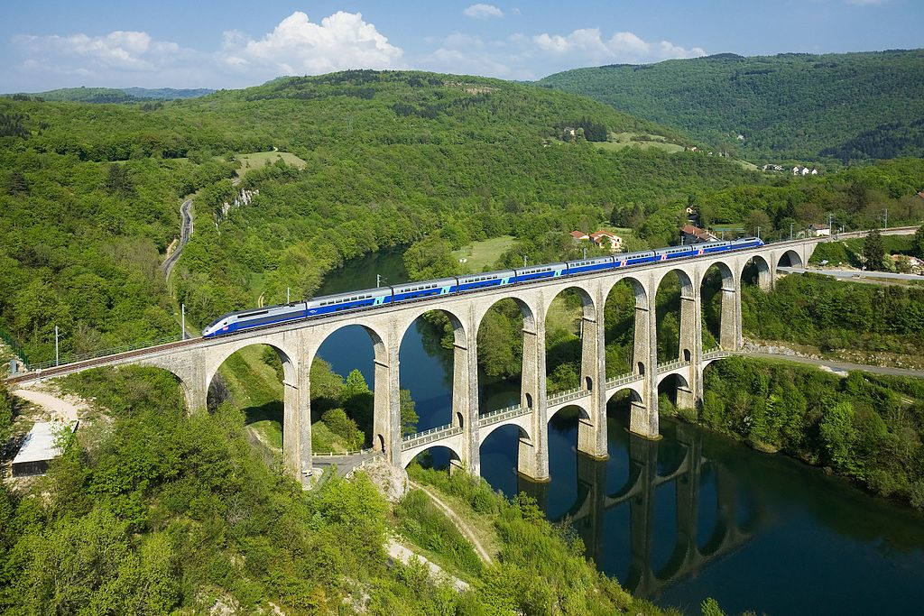 Cize-Bolozon viyadükünü geçen bir TGV