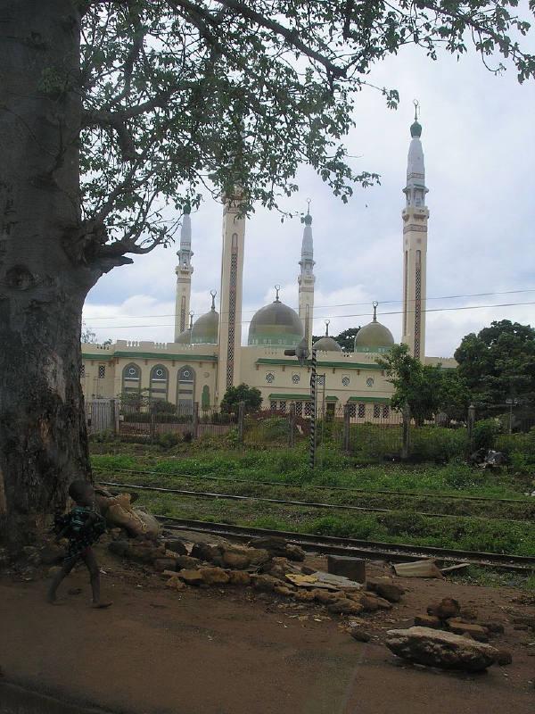 Batı Afrika'daki en büyük camilerden biri olan Gine'deki Conakry Ulu Cami (Faysal Camii)