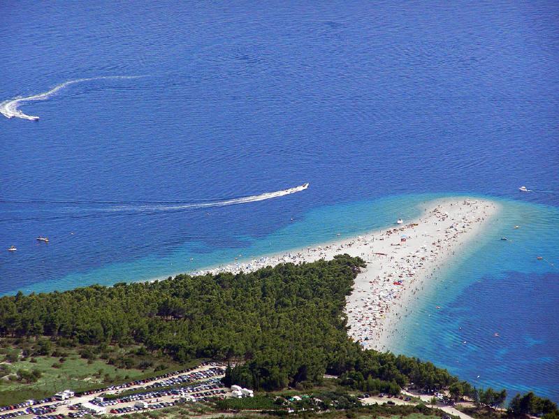 Brač adasındaki Zlatni Rat Hırvatistan turizmi için önemli yerlerden biridir.