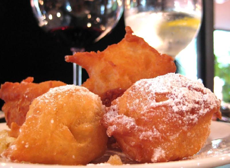 Fritule, Dalmaçya'ya özgü bir hamur işidir.