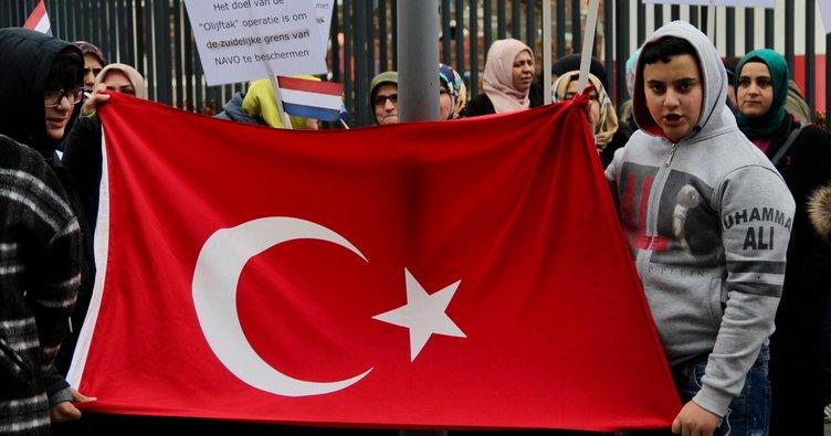 Hollanda'da  yaşan  Türklerden terör  örgütü pkk'yı protesto ederken