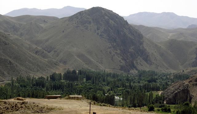 İran'ın genel manzarası, içinde yoğun yeşil alanlar barındıran dağlık bir görünüme sahiptir. (Resim Elburz Dağları'nın güneyinde Firuzkuh yakınlarında çekilmiştir.)