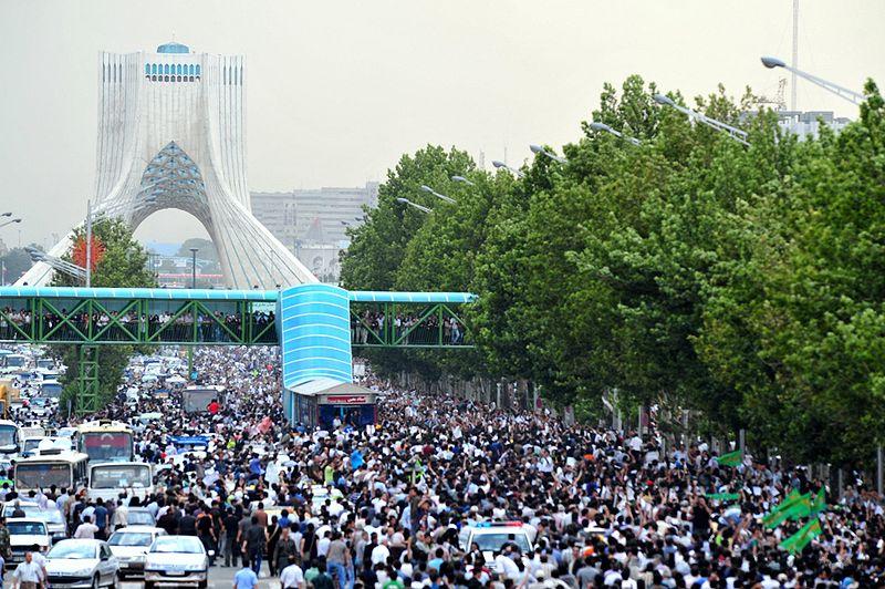 Yeşil protestocuların Mahmut Ahmedinejad aleyhine yürüyüşü;Azadi(Özgürlük) Kulesi (Meydanı), Tahran, 15 Haziran 2009.