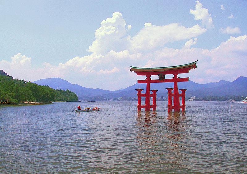 Hiroşima yakınlarındaki Itsukuşima Tapınağı torii, Japonya'nın üç manzarası ve UNESCO Dünya Mirası'ndan biridir.