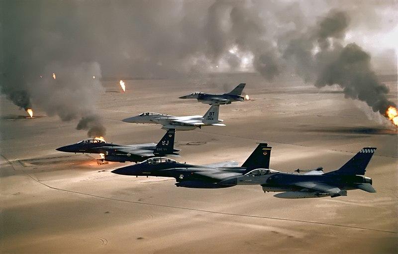 Körfez Savaşı esnasında ,Kuveyt'teki yanan petrol sahasının üzerinde uçan ABD Hava Kuvvetleri uçakları (F-16, F-15C ve F-15E)