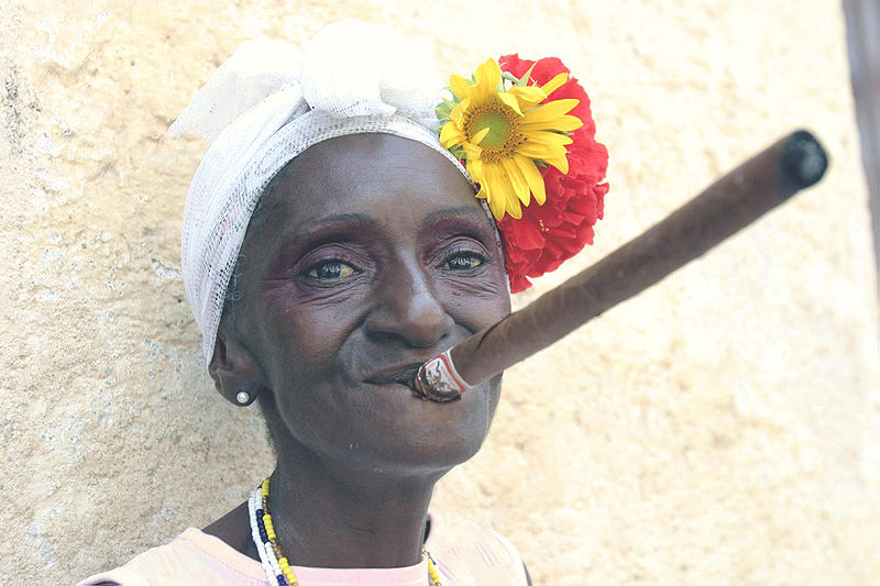 Puro içen bir Kübalı kadın