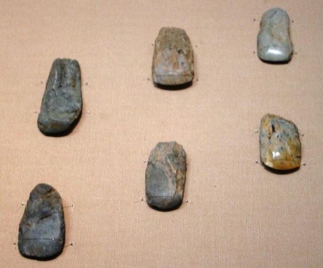 Cilalı taştan baltalar; Hinatabayashi B bölgesinde çıkartıldı, Shinano, Nagano. Jömon öncesi dönemine ait olup MÖ 30.000'e tarihlenmiştir. Tokyo Ulusal Müzesi