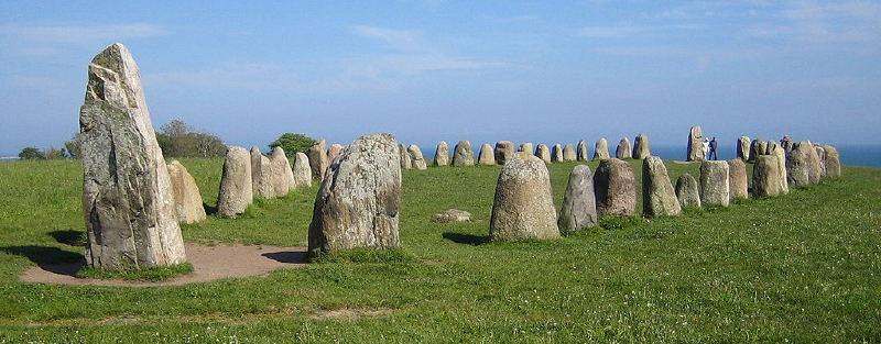 İsveç'in güneyindeki Skåne bölgesindeki Ale Dikilitaşı. Bu yapılar Vendel Dönemi'nden kalma mezar anıtlarıdır. Bunların birçoğu 7. yüzyıldan kalmadır.
