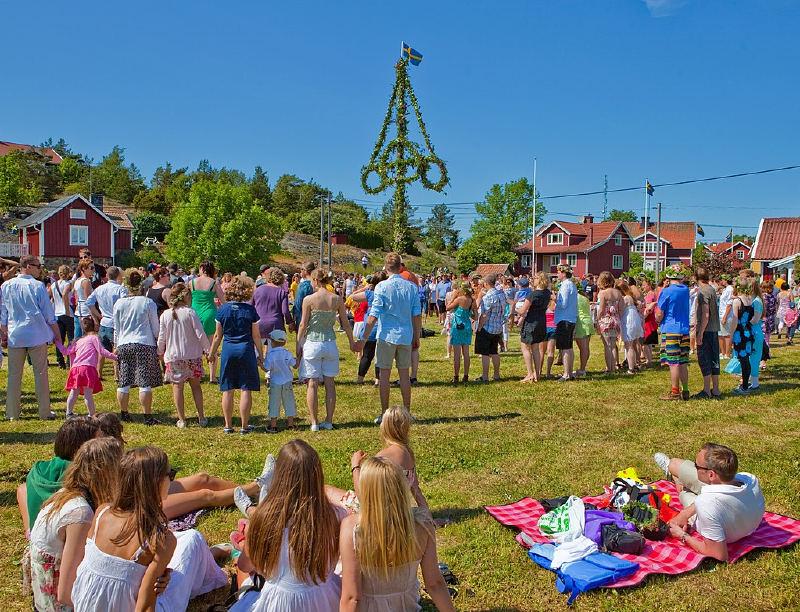 Yaz ortasını kutlayan İsveçliler (İsveççe: Midsommar)