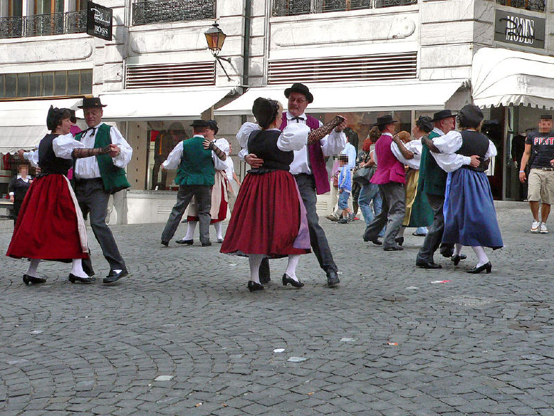Lozan'da bir halk dansları gösterisi