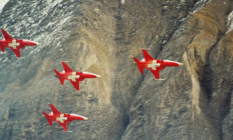Alplerde İsviçre Devriye Uçakları gösterisi.
