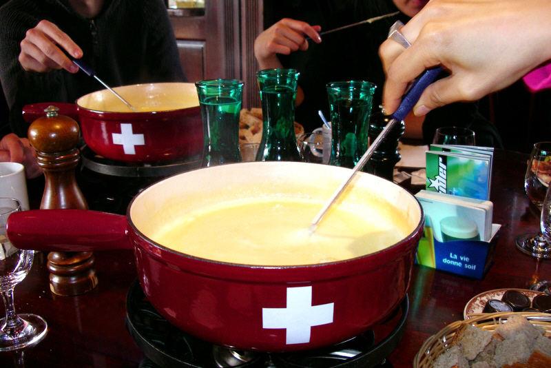 İsviçre fondüsü oldukça ünlüdür. Peynirden yapılır.