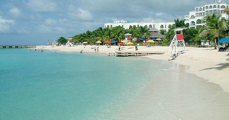 Doctor's Cave Beach Club (Doktor Mağarası Plaj Kulübü) Montego Bay'da popüler bir destinasyondur.