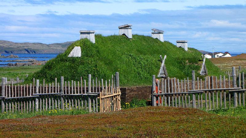 Newfoundland adasındaki L'Anse aux Meadows, yaklaşık 1000 yıl boyunca küçük bir İskandinav yerleşiminin yeri.