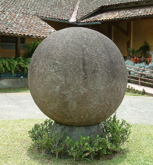Ulusal Kosta Rika Müzesi'nde bir taş küre. Küre, ülkenin kültürel kimliğinin simgesidir.