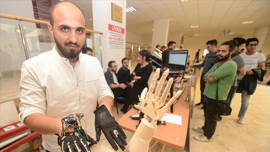 """Türkiye'de Mühendislik Eğitimi Alan İki Suriyeli öğrenci """"Robotik Yürüyen El"""" Yaptı"""