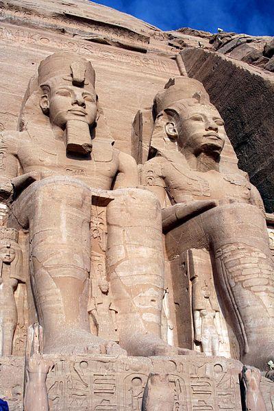 Ebu Simbel tapınağı giriş kapısı kenarlarında bulunan II. Ramses'in dört devasa heykeli