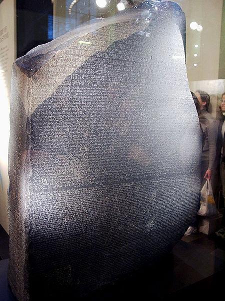 Hiyerogliflerin çözülmesinde önemli bir role sahip Rosetta Taşı, British Museum