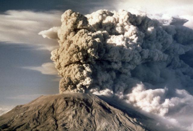 Mt. Ateş Çemberindeki yanardağlardan biri olan St. Helens, 1980 yılında patladı. ABD tarihindeki en feci yanardağ patlaması olarak kabul edildi. 50'den fazla insanın ölmesine neden olurken külleri 11 eyalete saçıldı. 80 km'lik toprak kaymasına yol açtı. Bugünün parasıyla 3 milyar dolardan fazla hasar meydana geldi. Volkanik kül çatıların çökmesine, havalandırma sistemlerinin tahrip olmasına ve havanın toksinlerle dolmasına neden olmuştur.