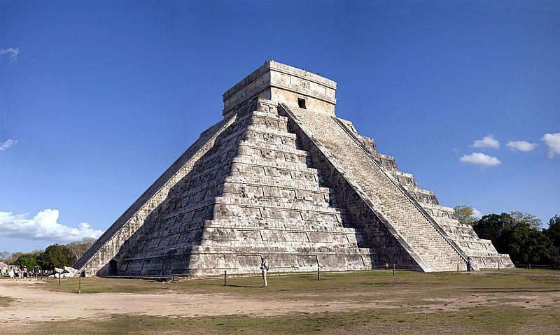 Tanrı Quetzalcoatl adanmış bir piramit