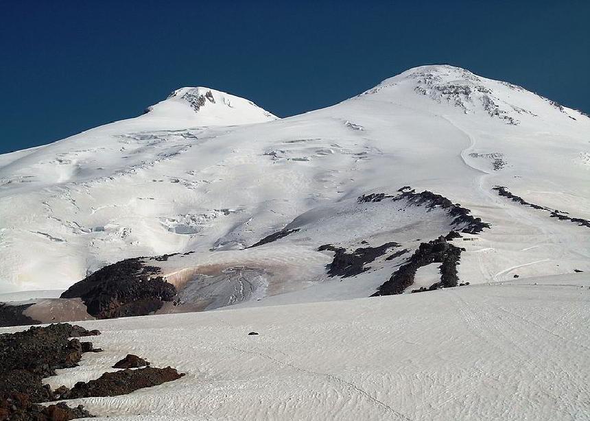4000 metre yükseklikten Elbrouz Dağı'nın iki zirvesinin görünümü