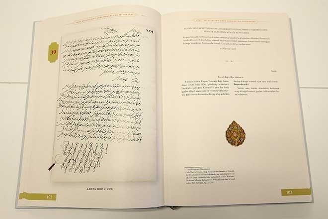 """<br /> Kitapta yer alan dikkat çekici belgelerden bazılarının içerikleri şöyle:<br />  <br /> """"Cem Sultan'ı takip için Avrupa'ya casus gönderilmesi önerisi, Yavuz Sultan Selim'in ağabeyi Şehzade Ahmed'in ordusundaki Çavuş Hoca adlı casusun verdiği haberler, yakalanan İspanya casusunun İstanbul'a ve Boğaz hisarlarına yönelik saldırı ve sabotaj girişimleri için yapacağı istihbari çalışmalara dair verdiği bilgiler, Şehzade Selim'in etrafında ve ordugahında Şehzade Bayezid'in casusu şüphesiyle yakalanan kişiler, Osmanlı ordusunun sefere çıkmasının düşman arasında korku uyandırdığına dair alınan haberler, casus yakalayan yeniçerilerin ödüllendirilmesi, bir casusun idam fermanı, Azak Kalesi süvari casuslarının kayıtları, İran ordusuna gönderilen Osmanlı casusunun verdiği bilgiler, ateşe tutulduğunda yazıları ortaya çıkan kağıtların ele geçirilmesi."""""""
