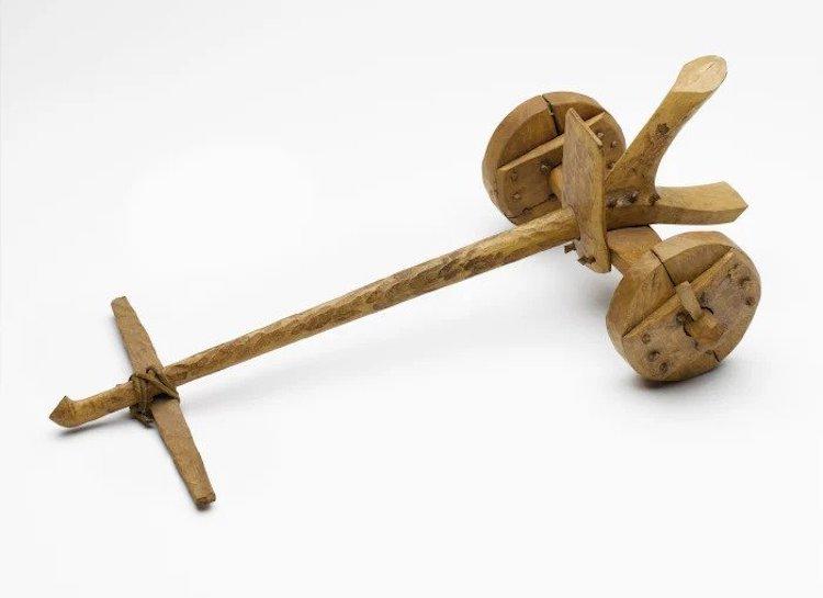 Sümerler tarafından Mezopotamya'da icat edilen basit iki tekelerli arabanın maketi